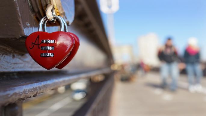 إليك أبرز علامات الحب عند المرأة