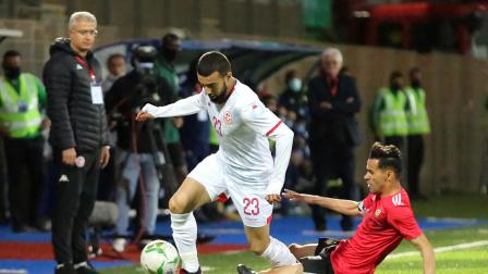 Tunisia's Naïm Sliti (L) views for the ball against Libya's midfielder and capitan Faisal Saleh al-Badri during the 2021 African Cup of Nations (AFCON) qualifier football match between Libya and Tunisia in the eastern Libyan city of Benghazi on March 25, 2021. - After a seven-year ban on home football internationals, Libya hosted neighbouring Tunisia in the coastal city of Benghazi for an Africa Cup of Nations qualifier. (Photo by - / AFP) (Photo by -/AFP via Getty Images)